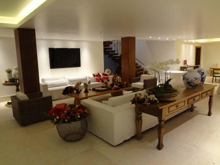 ห้องนั่งเล่น by Tupinanquim Arquitetura Brasilis