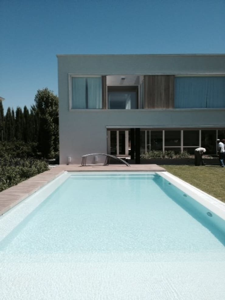 Casa Moderna: Piletas de estilo  por GG&A,