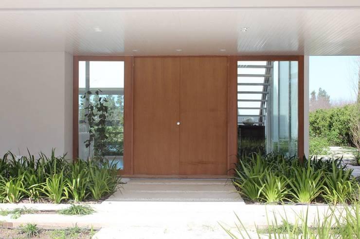 Casa Moderna: Ventanas de estilo  por GG&A