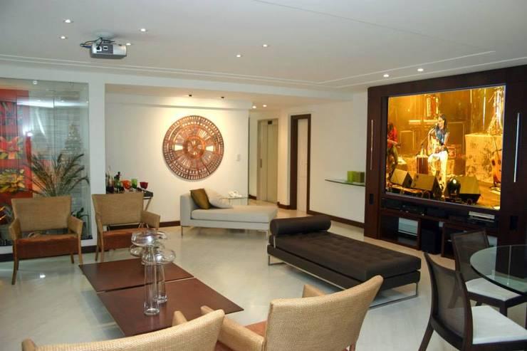 Apartamento em Itaparica: Salas de estar  por FABIO PINHO ARQUITETURA
