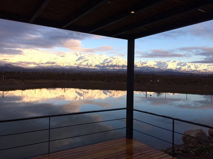 """<q class=""""-first""""> Casa Laguna</q>: Terrazas de estilo  por Mora & Hughes arquitectos"""