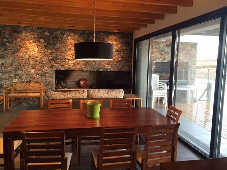 "<q class=""-first""> Casa Laguna</q>: Comedores de estilo  por Mora & Hughes arquitectos"
