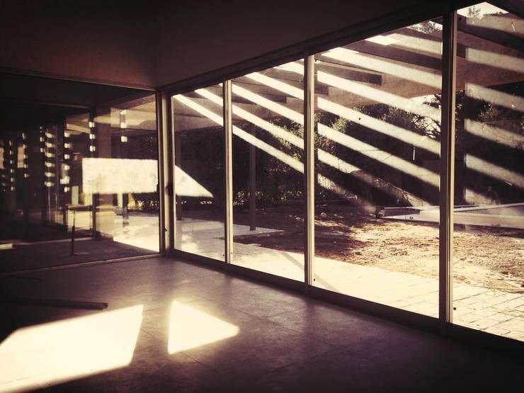 CASA MEDRANO CHACRAS DE CORIA: Terrazas de estilo  por   Arq. Ana Paula Schmidt