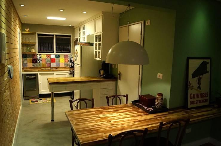 Ap Santa Cruz: Cozinhas modernas por Mauricio Sato Arquitetura
