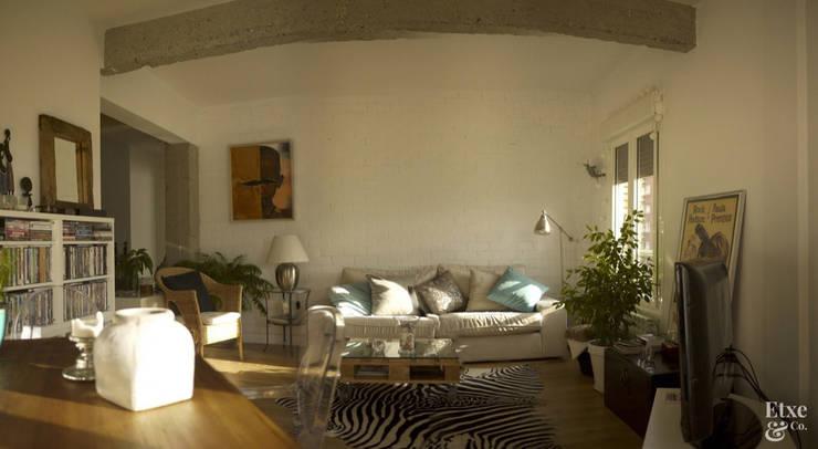 Vista general del salón.: Salones de estilo mediterráneo de Etxe&Co