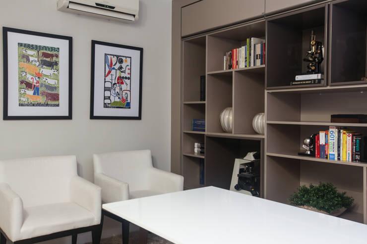 Residencial Multifamiliar – SQS 308: Escritórios  por Arina Araujo Arquitetura e Interiores,Moderno