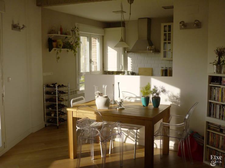 Zona de comedor junto a la cocina.: Comedores de estilo mediterráneo de Etxe&Co
