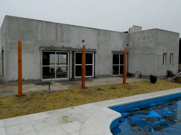 CASA QUINTA EN LA PAMPA: Casas de estilo  por ConAr