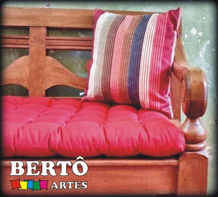 Almofadas: Casa  por Bertô Artes e Decorações