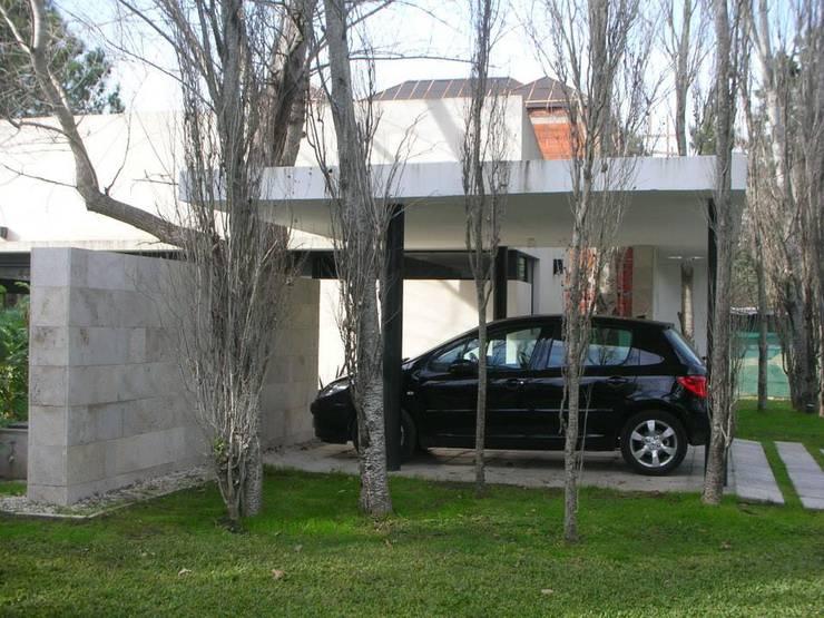 Obra en Saint Thomas: Garajes de estilo  por lapassetarquitectos