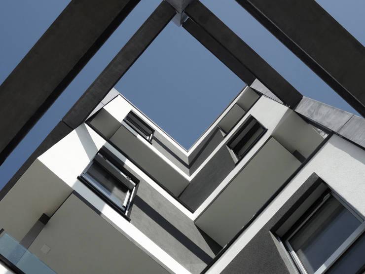 Leche Park Residence: Case in stile in stile Moderno di Mino Caggiula Architects