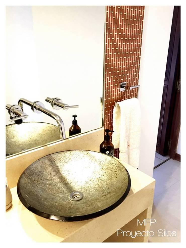 Obra Los Silos: Baños de estilo  por MFP Diseño de Interiores