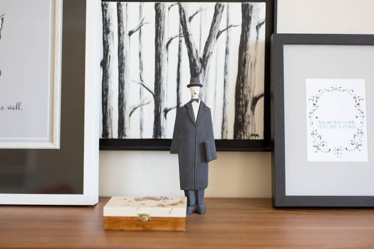 Exploring Time: Sala de estar  por Loloca Design