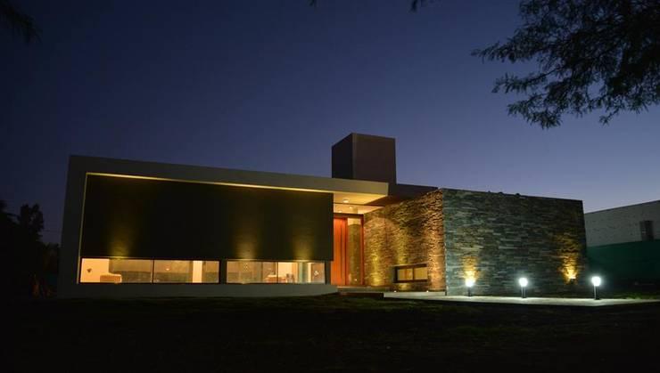 Casa L A, Los Algarrobos, Córdoba: Casas de estilo  por Invernon Arquitectos