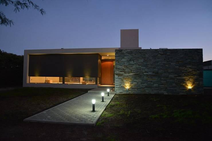 Casas de estilo  por Invernon Arquitectos