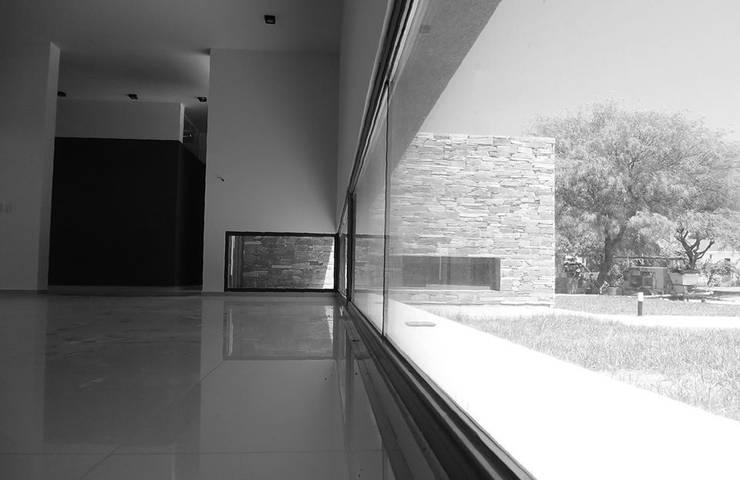 Casa L A, Los Algarrobos, Córdoba: Terrazas de estilo  por Invernon Arquitectos,