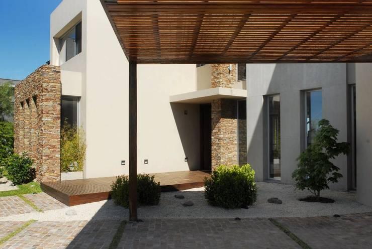 Casa en Castores: Casas de estilo  por dmejecuciondeobras