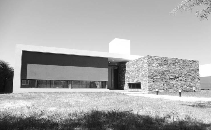 Casa L A, Los Algarrobos, Córdoba: Casas de estilo  por Invernon Arquitectos,