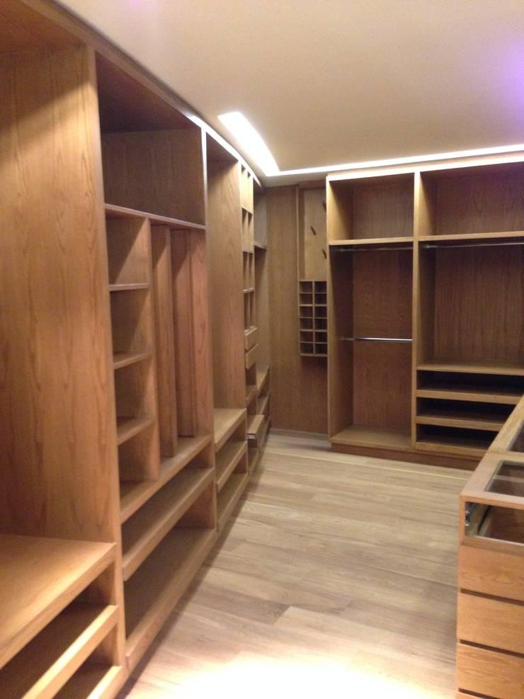 DEPARTAMENTO REFORMA: Vestidores y closets de estilo  por Diseño Integral En Madera S.A de C.V.