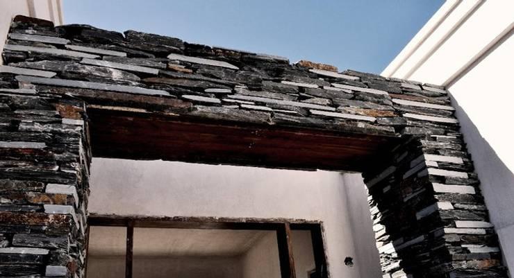 Casa Araoz: Ventanas de estilo  por Arquitectura + Deco,