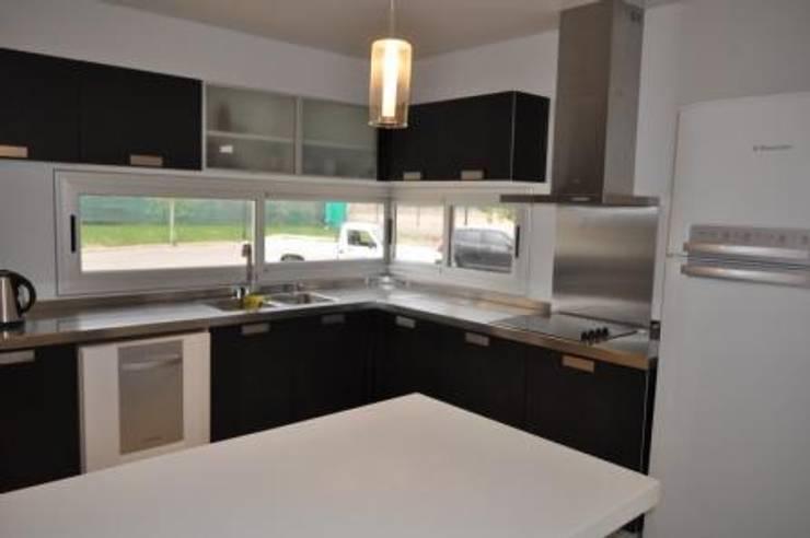 Casa Araoz: Cocinas de estilo  por Arquitectura + Deco,