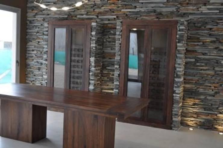 Casa Araoz: Pasillos y recibidores de estilo  por Arquitectura + Deco,