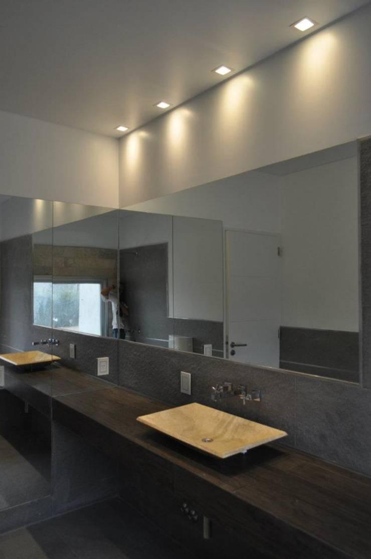 Casa Araoz: Baños de estilo  por Arquitectura + Deco,