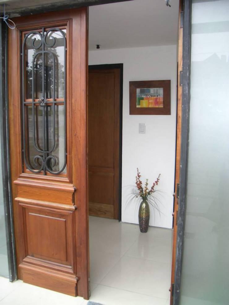 Casa Caro & Emi: Pasillos y recibidores de estilo  por Aureo Arquitectura