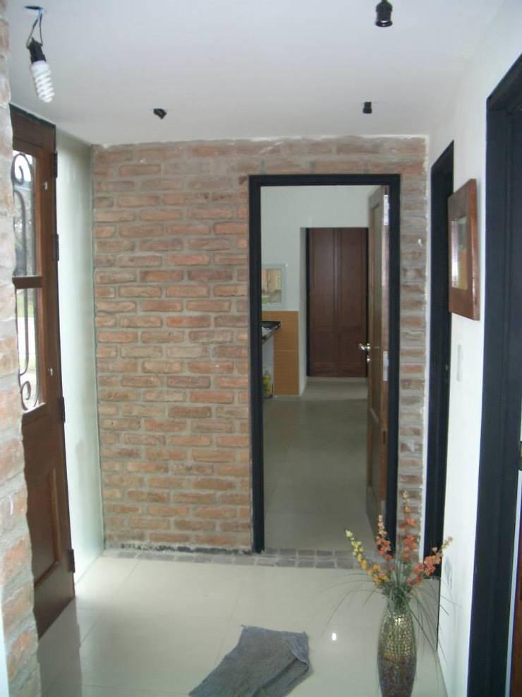 Casa Caro & Emi Pasillos, vestíbulos y escaleras modernos de Aureo Arquitectura Moderno