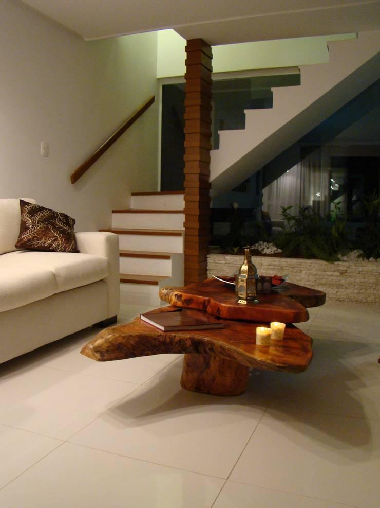 Residência de Praia: Salas de estar  por Tupinanquim Arquitetura Brasilis