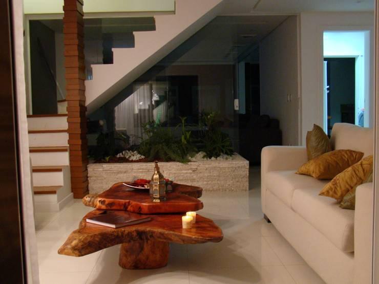 غرفة المعيشة تنفيذ Tupinanquim Arquitetura Brasilis