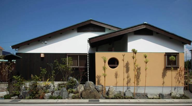 新築平屋+移築蔵の住宅: 六波羅真建築研究室が手掛けた家です。,
