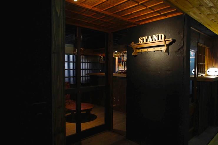 心斎橋STAND: 六波羅真建築研究室が手掛けたバー & クラブです。,
