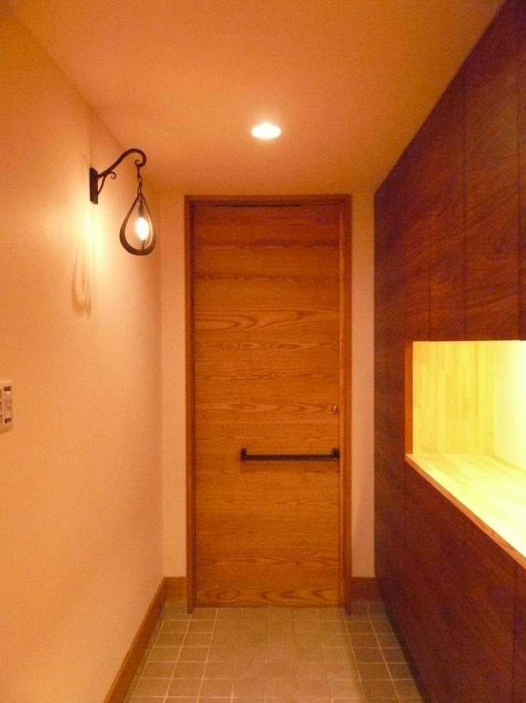 柏原の家: 株式会社 atelier waonが手掛けた廊下 & 玄関です。