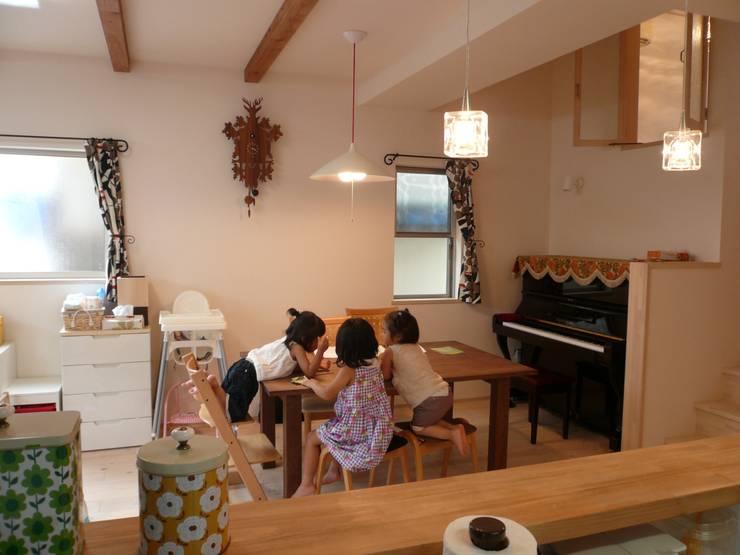 柏原の家: 株式会社 atelier waonが手掛けたリビングです。