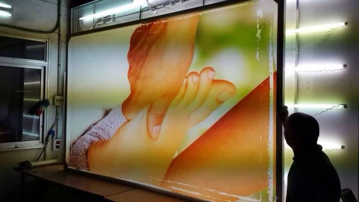 Imágenes retroiluminadas: Oficinas y tiendas de estilo  de AZD Diseño Interior