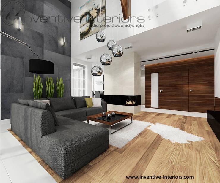 INVENTIVE INTERIORS – Dom z wysokim salonem: styl , w kategorii Salon zaprojektowany przez Inventive Interiors