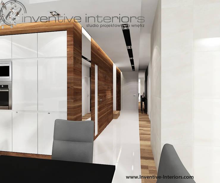 INVENTIVE INTERIORS – Dom z wysokim salonem: styl , w kategorii Korytarz, przedpokój zaprojektowany przez Inventive Interiors