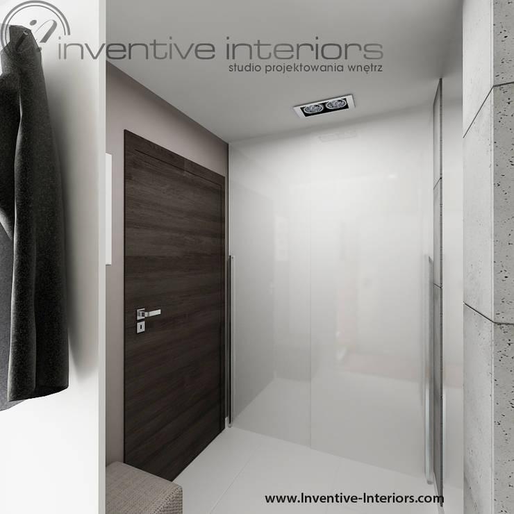 Biała szafa przesuwna wnękowa w przedpokoju: styl , w kategorii Korytarz, przedpokój zaprojektowany przez Inventive Interiors