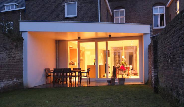 Grote woonkeuken in de uitbouw :  Keuken door Engelman Architecten BV