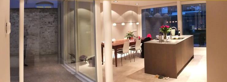 Woonkeuken gezien vanuit de patio :  Eetkamer door Engelman Architecten BV