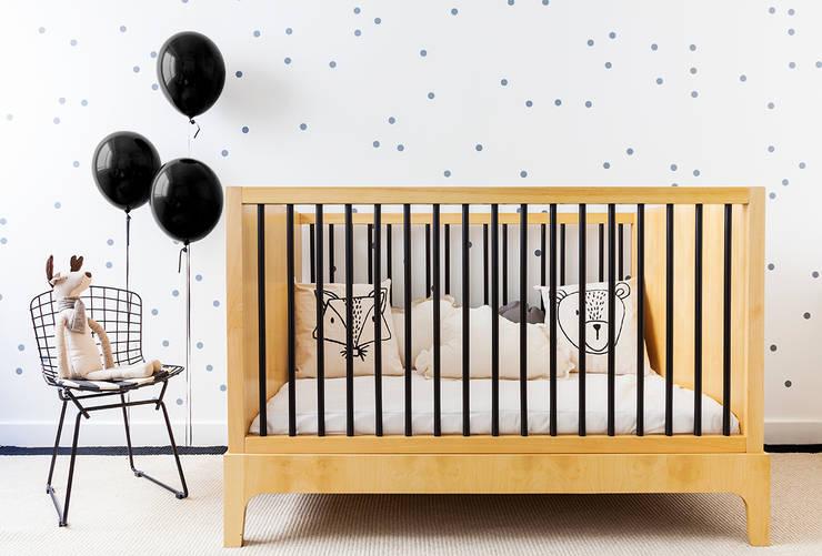CUNA HANNA – madera con barrales en laca negra: Dormitorios infantiles  de estilo  por KLAUN
