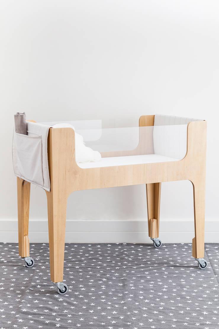 CATRE HANNA – madera con lustre claro: Dormitorios infantiles  de estilo  por KLAUN