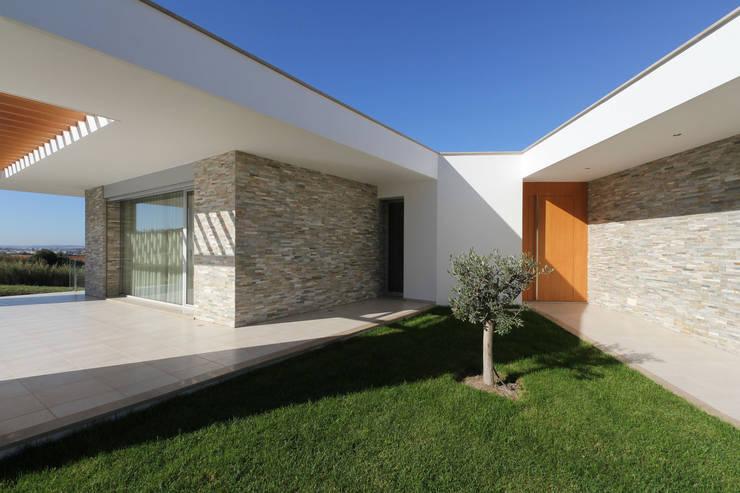 Moradia em Caldas da Rainha - Colina Verde: Casas  por SOUSA LOPES, arquitectos