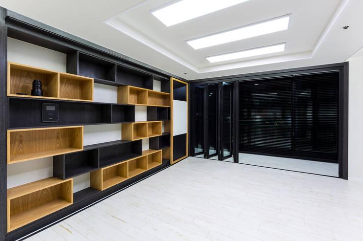 광진구 현대아파트 35평 : dual design의  거실