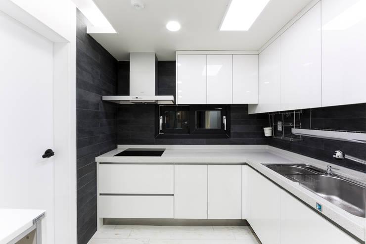 광진구 현대아파트 35평 : dual design의  주방