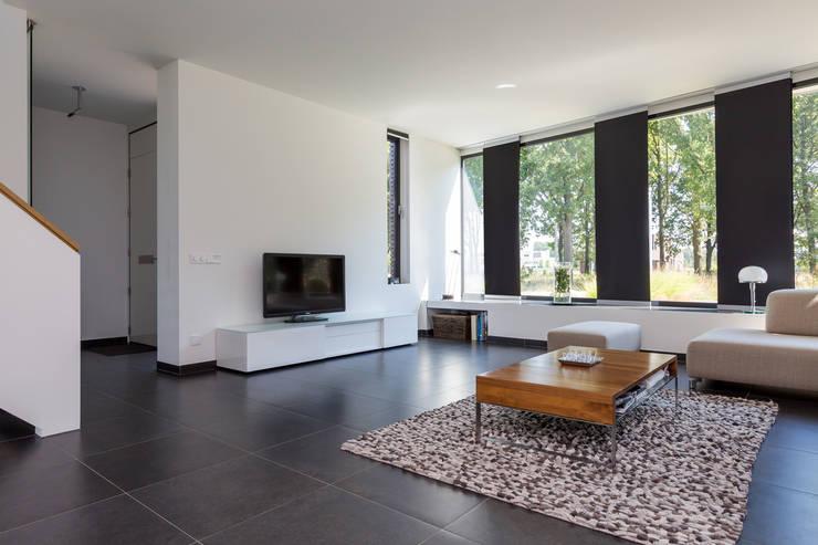 Woonhuis PMTJ Eindhoven : moderne Woonkamer door 2architecten