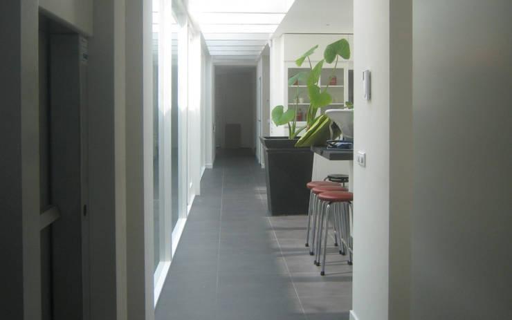 Landhuis Mierlo :  Gang en hal door 2architecten, Modern