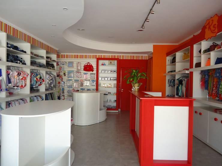 KARAMELOS – local comercial-: Galerías y espacios comerciales de estilo  por milena oitana