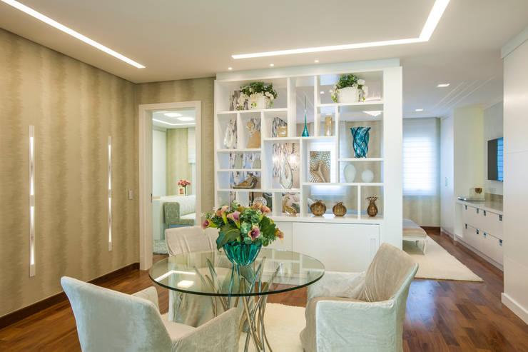 Residência DF: Salas de estar  por Adriana Di Garcia Design de Interiores Ltda